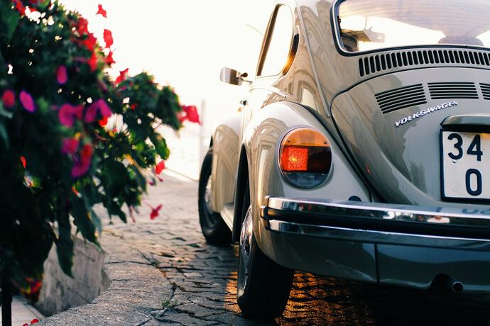 我想要汽車借款,但我最近要出國,車子放在貴公司多久會流當,利息部分我可以託朋友去繳款嗎,我的車子能借多一點嗎?